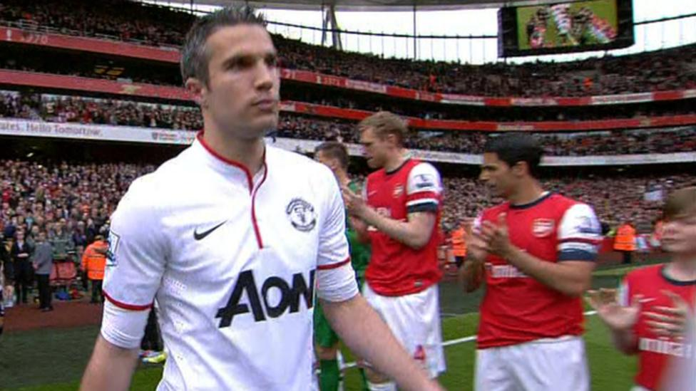 dc2ba3f906a Arsenal v Manchester United  Van Persie s guard of honour - BBC Sport