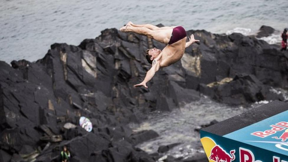 Video: Cliff diving competition in Wales