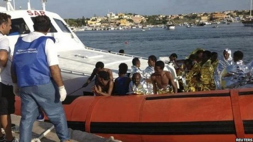 Refugees killed as boat sinks
