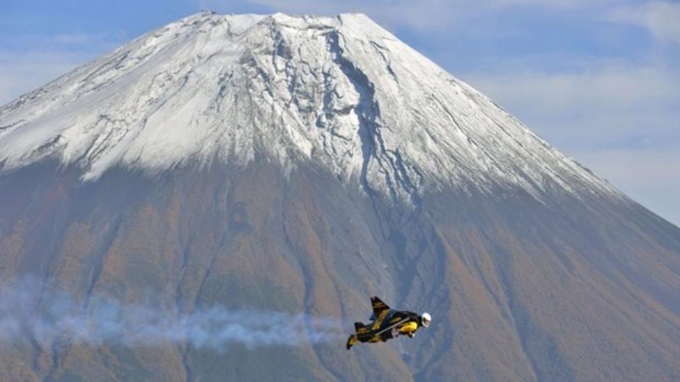 Jetman flies over Mount Fuji