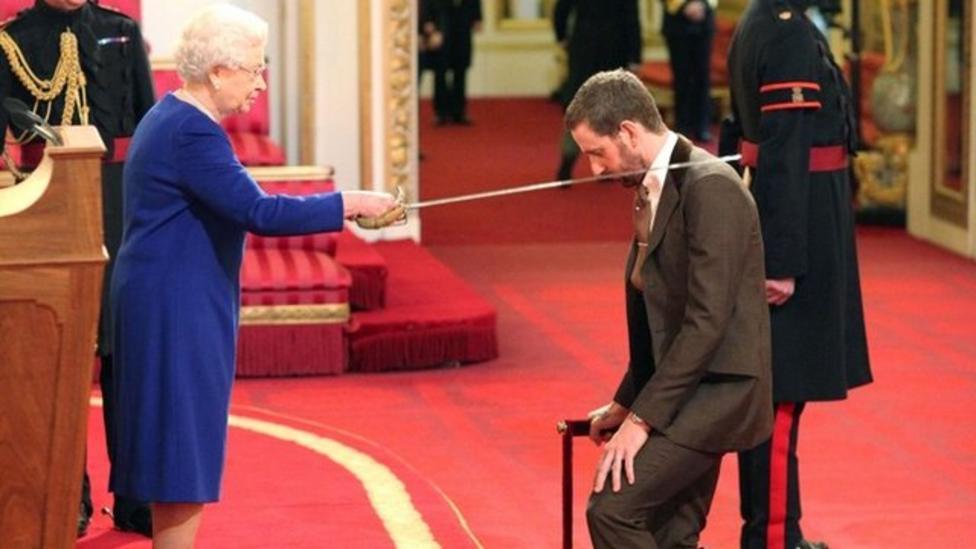 Bradley Wiggins knighted by Queen
