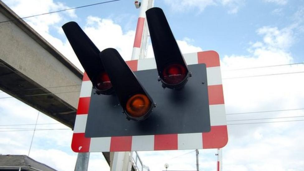 Warnings about using level crossings