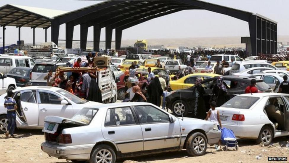 Thousands flee city of Mosul in Iraq
