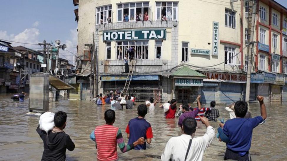 Floods trap hundreds of thousands