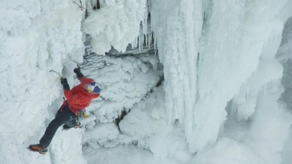 Climber scales frozen Niagara Falls