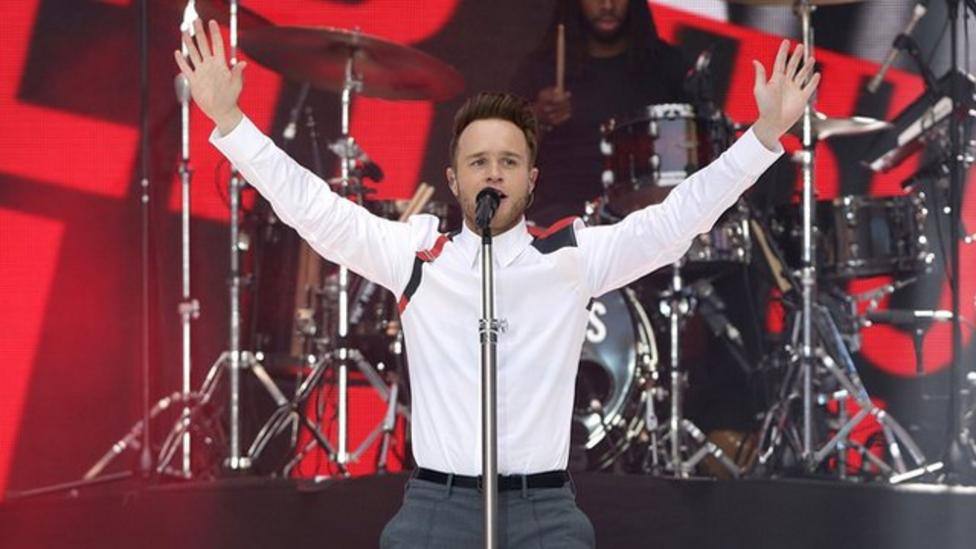 Olly Murs falls down stairs at concert