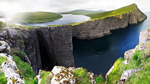 The Faroe Islands' Lake Sørvágsvatn, or Leitisvatn, tricks the eye (Credit: Credit: Jan Egil Kristiansen)