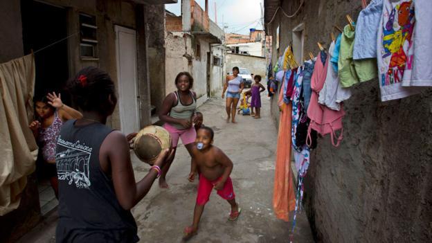 Fotoğraflarla: Brezilyada sokak futbolu - BBC News Türkçe
