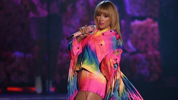 Wie is Taylor Swift dating op het moment op welke leeftijd moet een persoon beginnen met daten