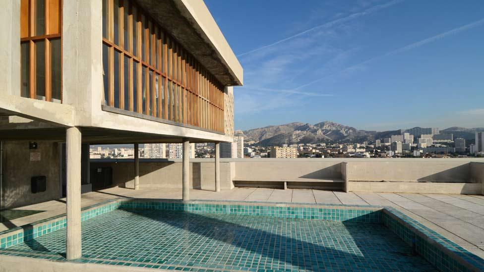 With its children's art room, paddling pool and opportunities for sunbathing, L'Unité's roof provides a relaxing haven for its inhabitants. (Corbis)