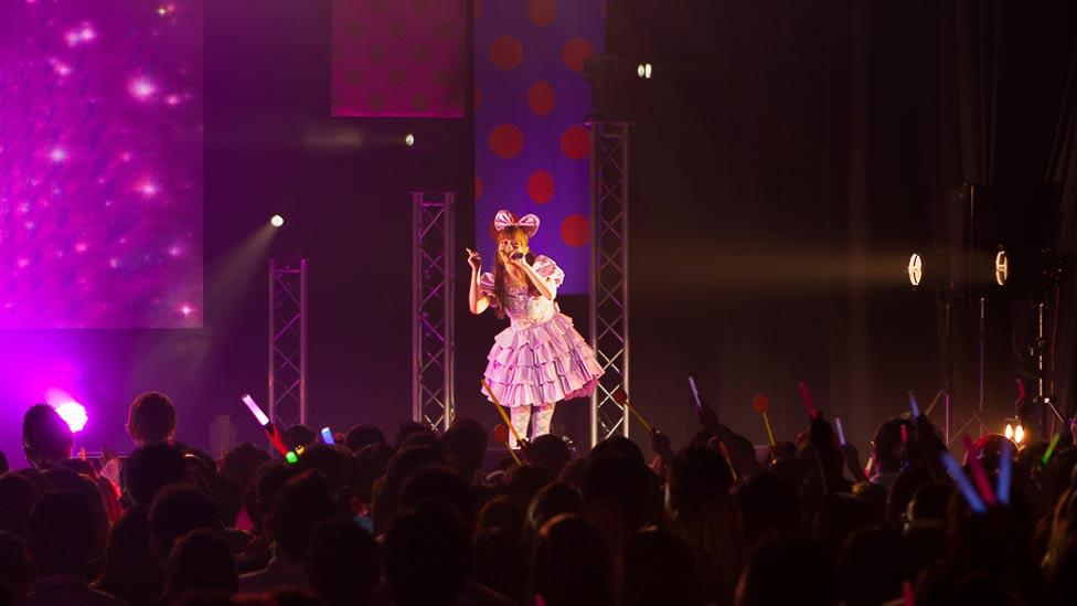 In 2013, Kyary embarked on her first world tour, which took in ten countries, including France, Belgium, the UK and US, as well as Japan. (Asobi System)
