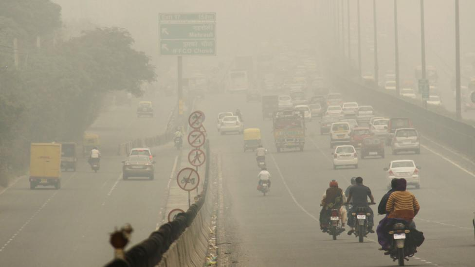 More than 8 million cars on the road contribute to high levels of air pollution in Delhi. (Manoj Kumar/Hindustan Times/Getty Images)