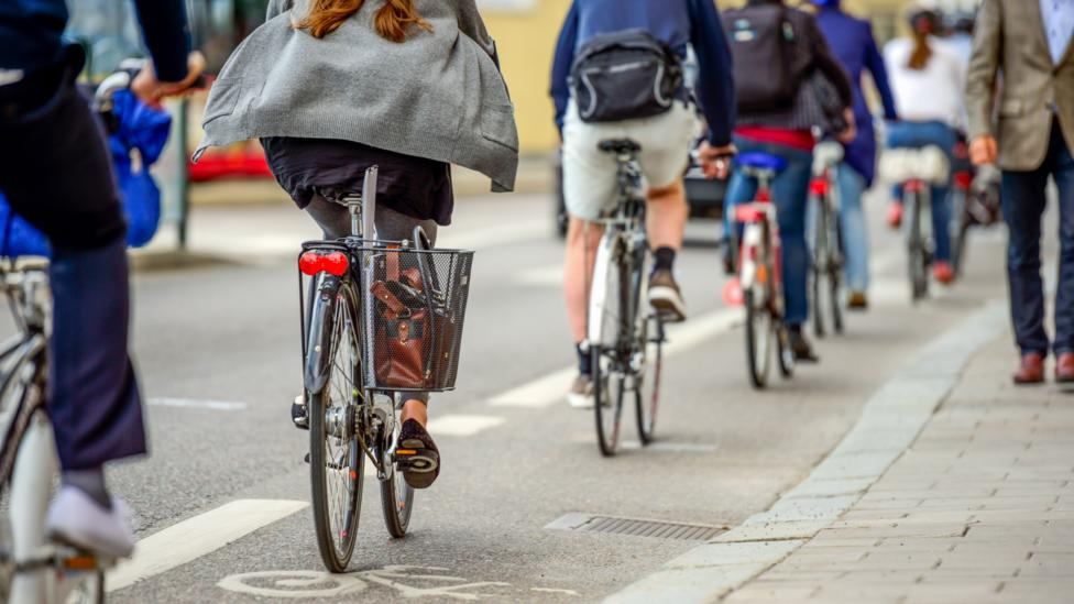 Many commuters travel to work by bike. (Credit: Tobias Ackeborn/Getty Images)