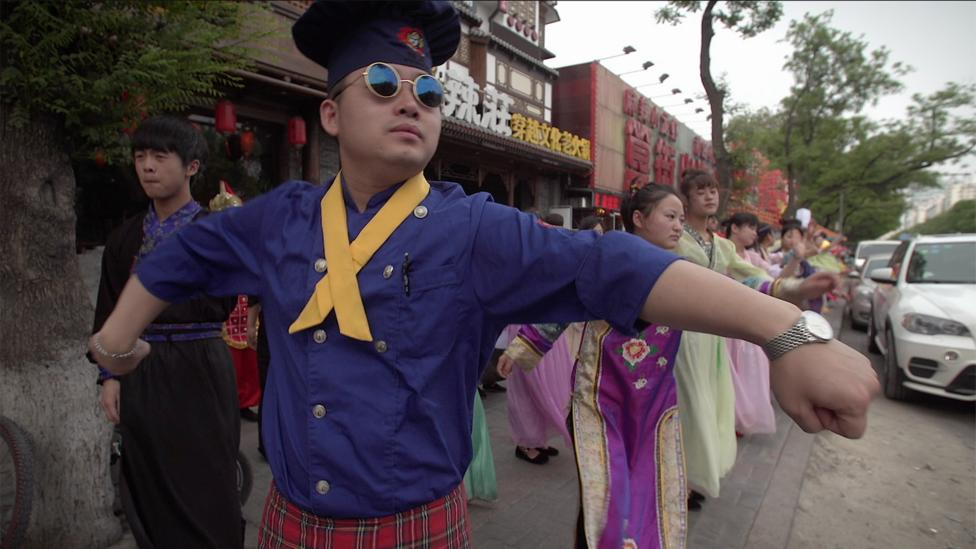 The daily dances of Beijing's rival restaurants