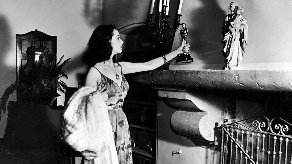 Vivien Leigh places the best actress award she won for Gone With the Wind on her mantelpiece – her later Oscar for A Streetcar Named Desire was stolen (Credit: Getty)
