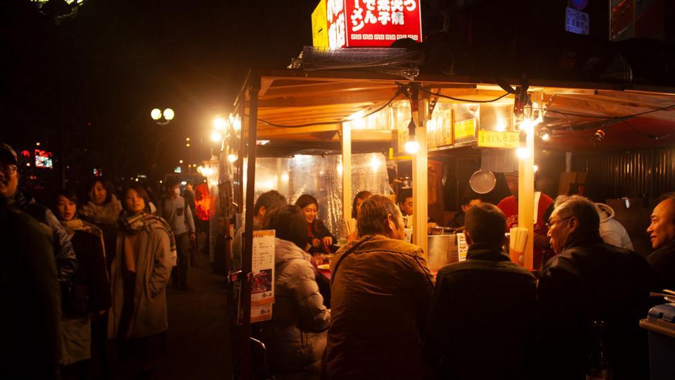 Customers gather around a yatai stall (Credit: Edd Gent)