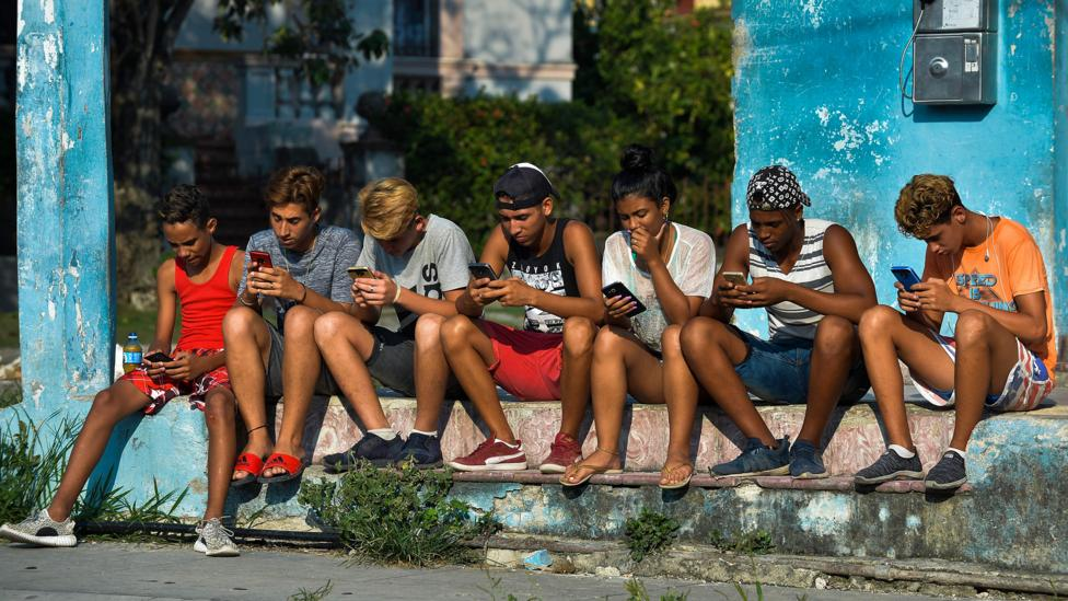 Cubans on smartphones (Credit: Getty Images)